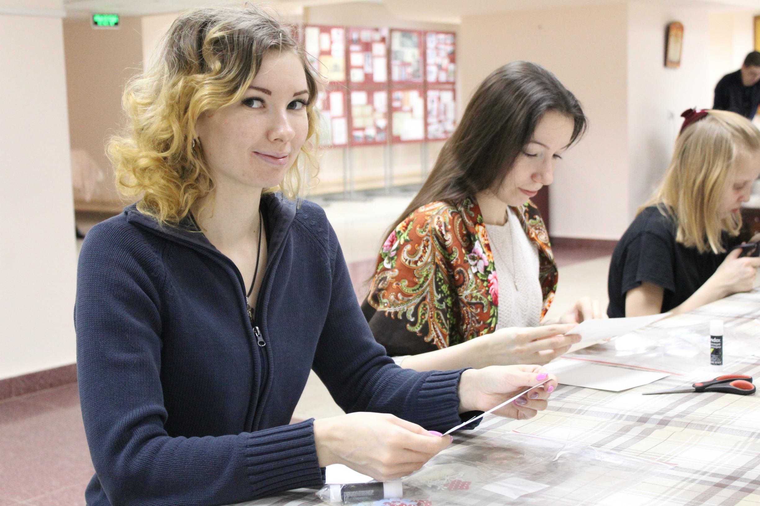 В соборе Александра Невского прошел мастер-класс по скрапбукингу, приуроченный ко Дню православной книги
